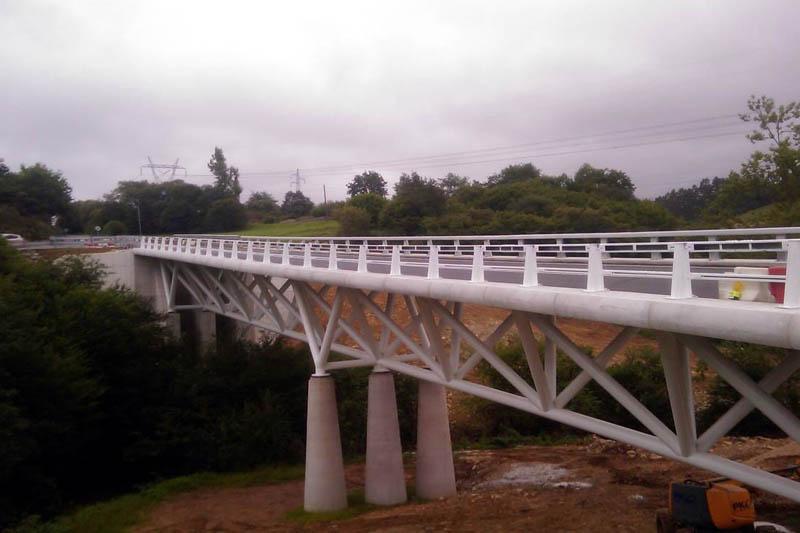 Pasarela peatonal sobre cauce fluvial